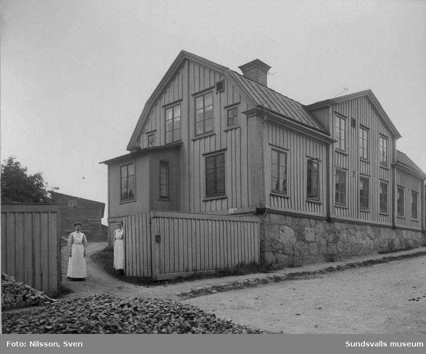 """""""Kopphuset"""" gamla epidemiska sjukhuset vid Holmgatan, taget från Grönborgs Bryggeri."""