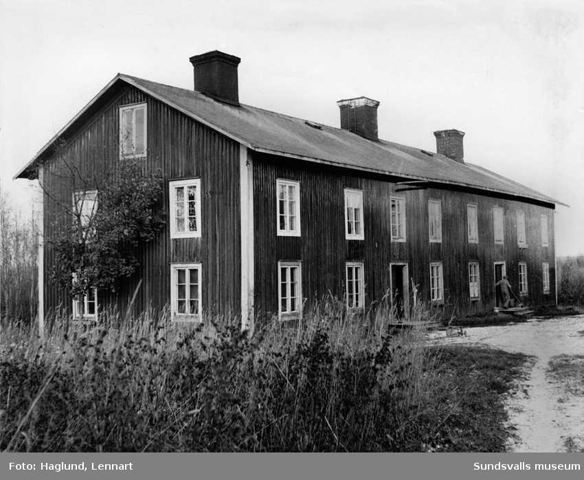 Sågkasern vid Nacka på Alnö. Arbetarbostäder av traditionell typ från sågverksindustrins storhetsperiod.