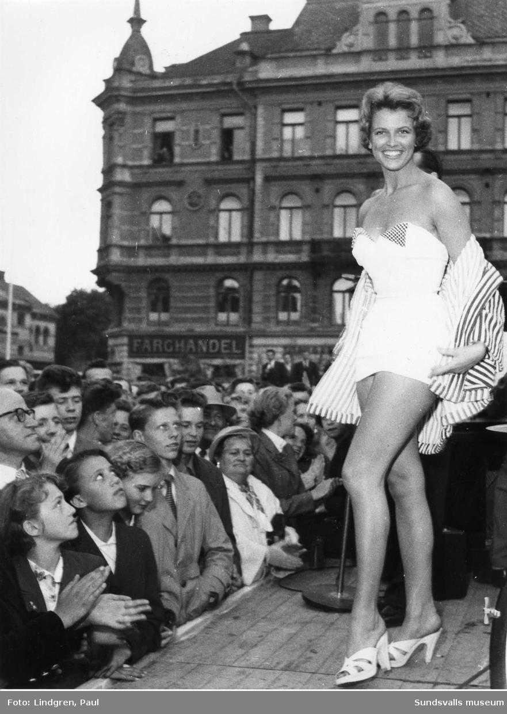 Sundsvallsmässan. Miss World,  May-Louise Flodin på torget i Sundvall.