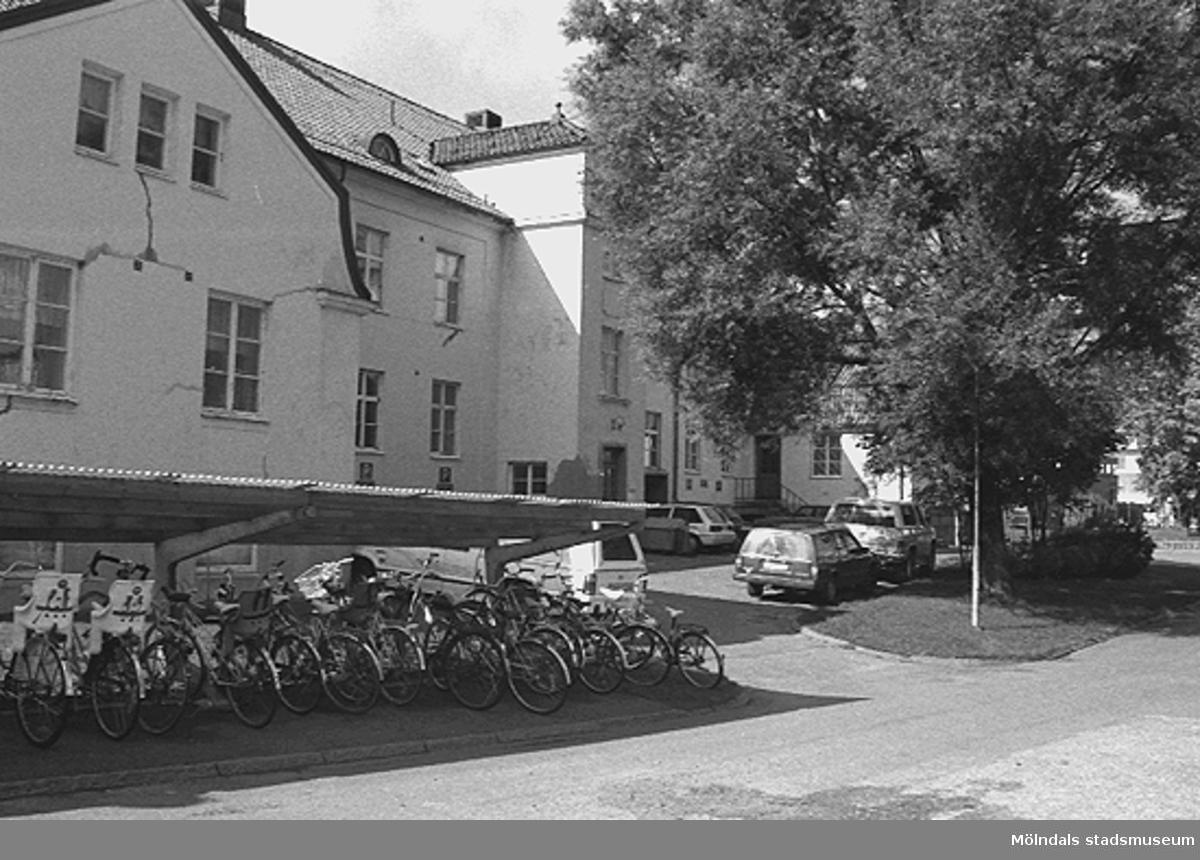 Entrésidan mittemot det höga sjukhuset. Utanför fanns parkering både för bil och cykel. år 1992.