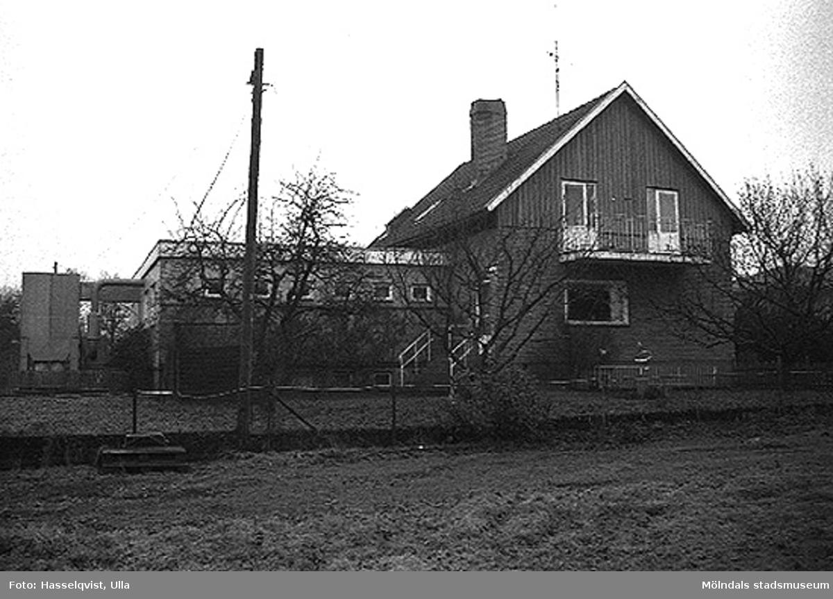 Ett bostadshus, Hektor 2, från sydväst. 1996-01-16.