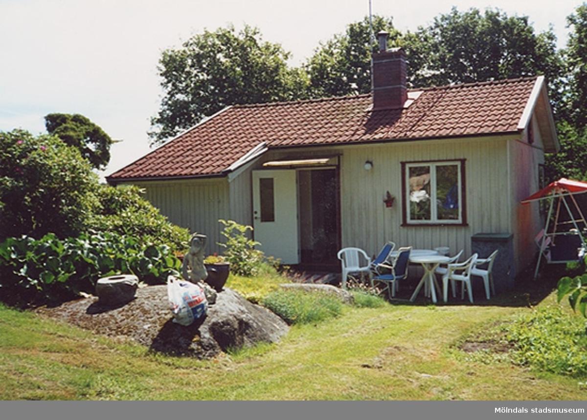 Ett bostadshus. Fotodokumentation i rivningsärende.Styrsåsvägen 13, Hällesås 1:53 i Lindome 2000-07-17.