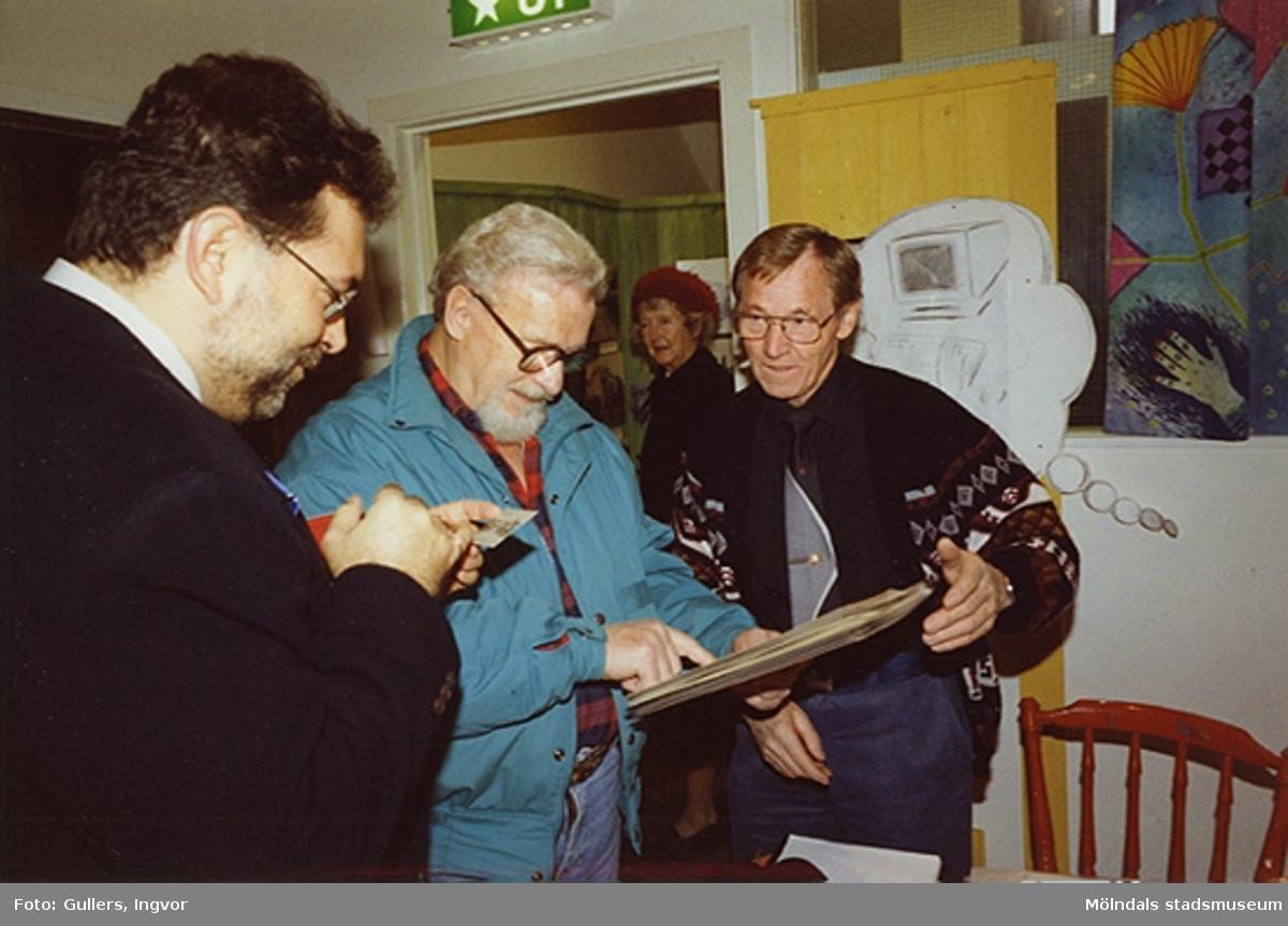 """Staffan Bjerrhede, Sven Jonsson och Frode Lyngsaa på Mölndals museum, familjesöndagen den 25 oktober 1992.Under söndagen kunde man delta i barnverkstad med käpphästtillverkning, se på modevisning med gamla baddräkter och lyssna på en paneldiskussion om """"samlande"""".Familjesöndagen är i samband med utällningen """"Gammalt skräp eller samlade minnen"""" 23 maj - 29 november 1992."""