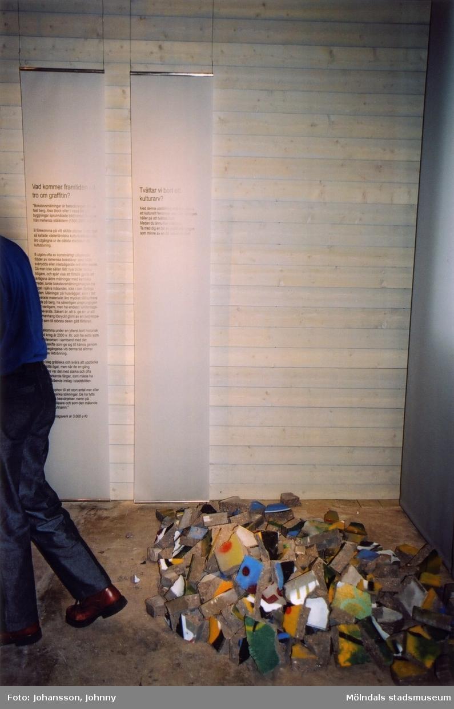 """Fotografi som visar utställningen """"Alltså finns jag"""" på Mölndals museum, år 2003.  Utställningen """"Alltså finns jag"""" ...en utställning om graffitikultur på Mölndals Museum, Kvarnbygatan 12, Mölndal, pågick från 25 januari till 25 maj 2003. """"Alltså finns jag"""" var ett samarbete mellan Mölndals museum, Vitlycke museum, Bohusläns museum, Västergötlands museum och Konstkonsulenterna i Västra Götalandsregionen."""