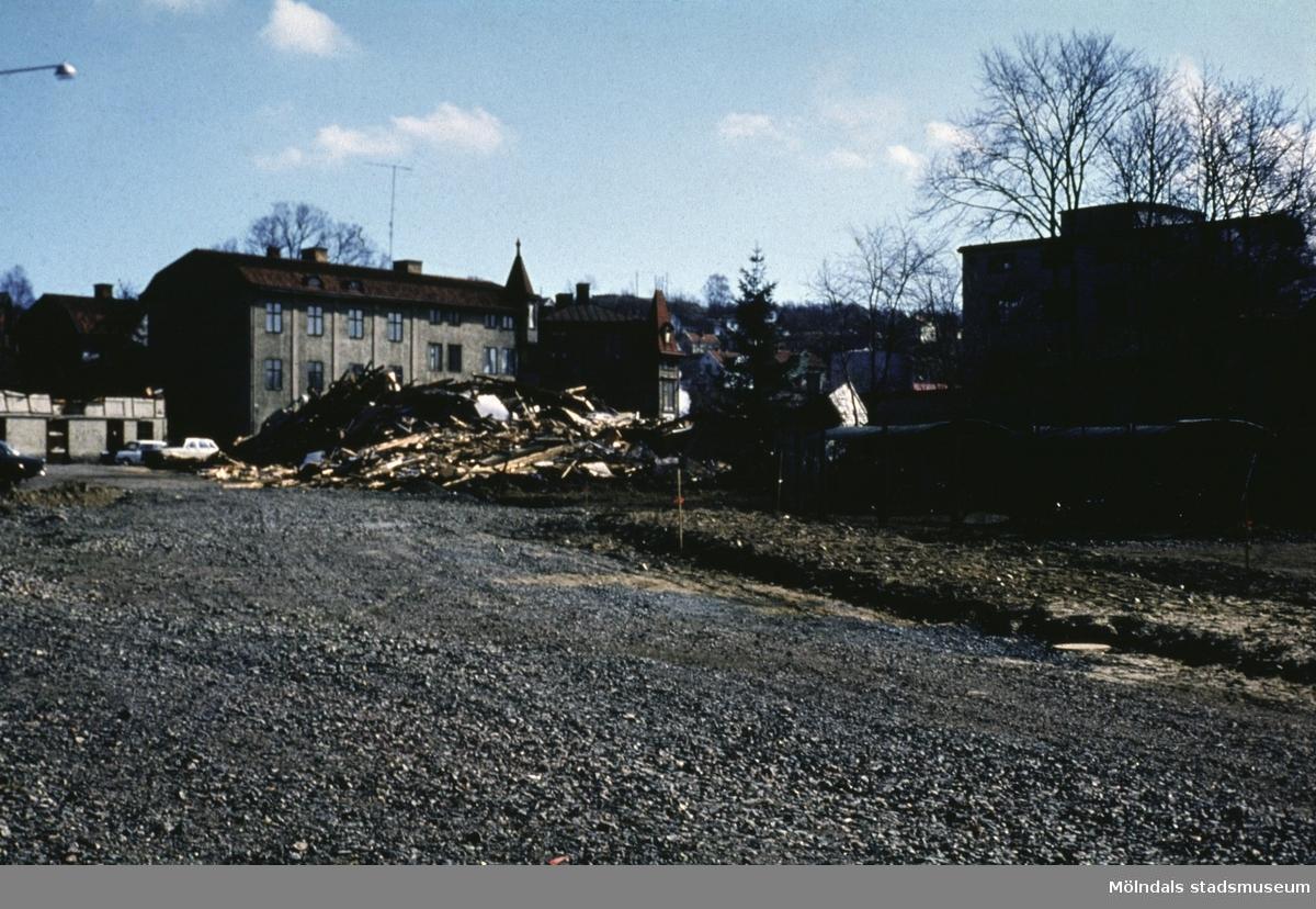 Till vänster ses Trädgårdsgatan 2, i mitten Kvarnbygatan 25 och till höger ses byggnad tillhörande Papyrus i Mölndal, 1970-tal.