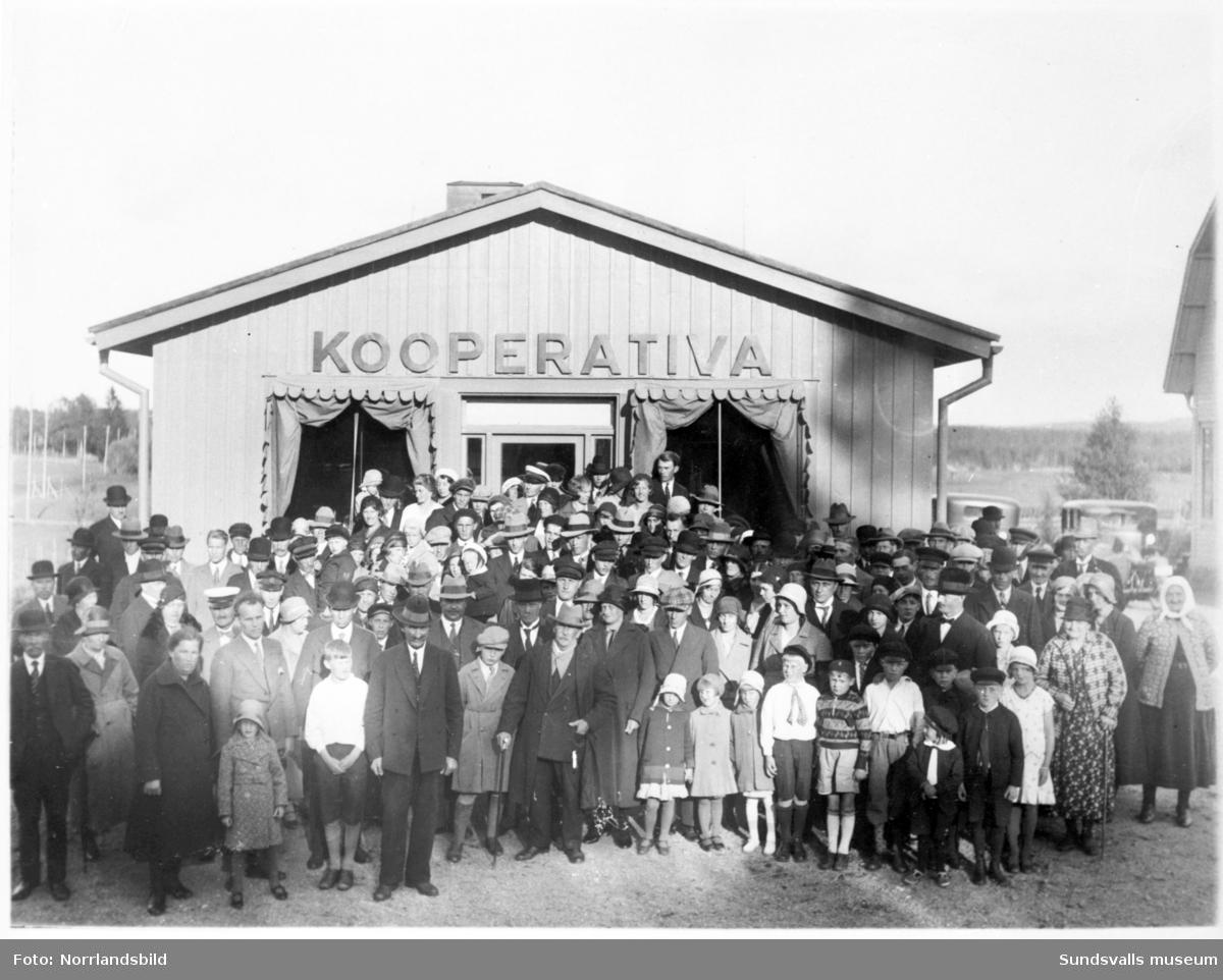 Reproduktioner av gamla Sundsvallsbilder. Diverse affärer och butiker. Kooperativa, skomakare J.E. Sjöqvist.