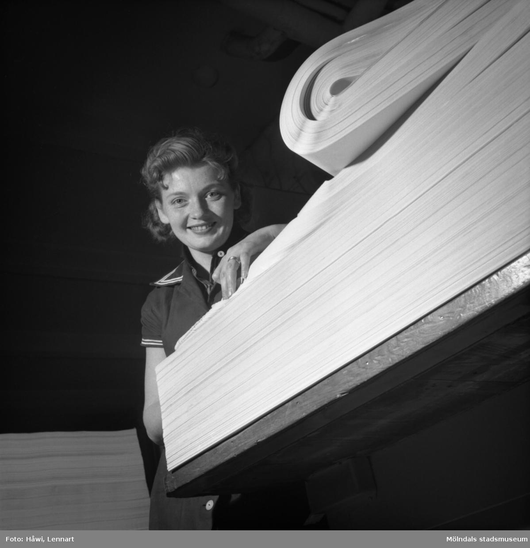 Kvinna i arbete i sortersalen på Papyrus i Mölndal, 8/5 1955.
