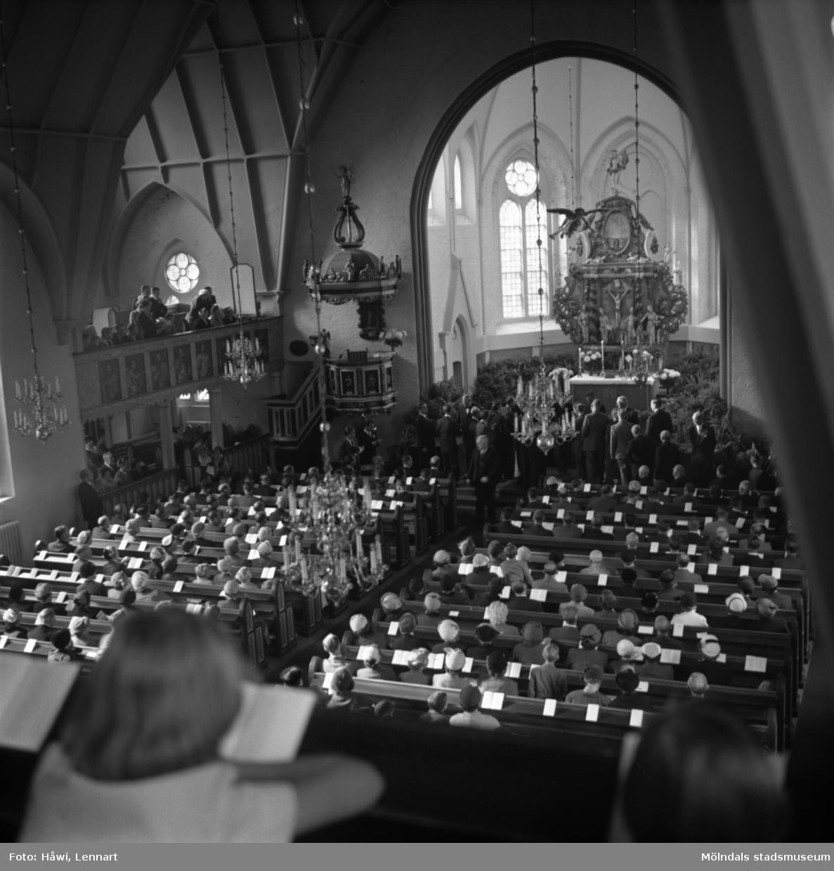 Utdelning av minnesgåvan vid Papyrus 60-årsjubileum. Fässbergs kyrka i Mölndal, 24/9 1955.