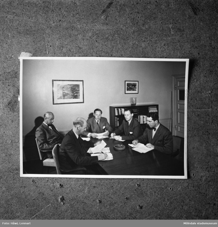 Papyrus disponent Hulthén i konferens med herrar Harald, Grundin, Henriksson, Jeansson. Papyrus i Mölndal. Reprofotografi.