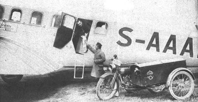 Vid motorcykeln postiljon O W Ohlsson, Malmö 1.