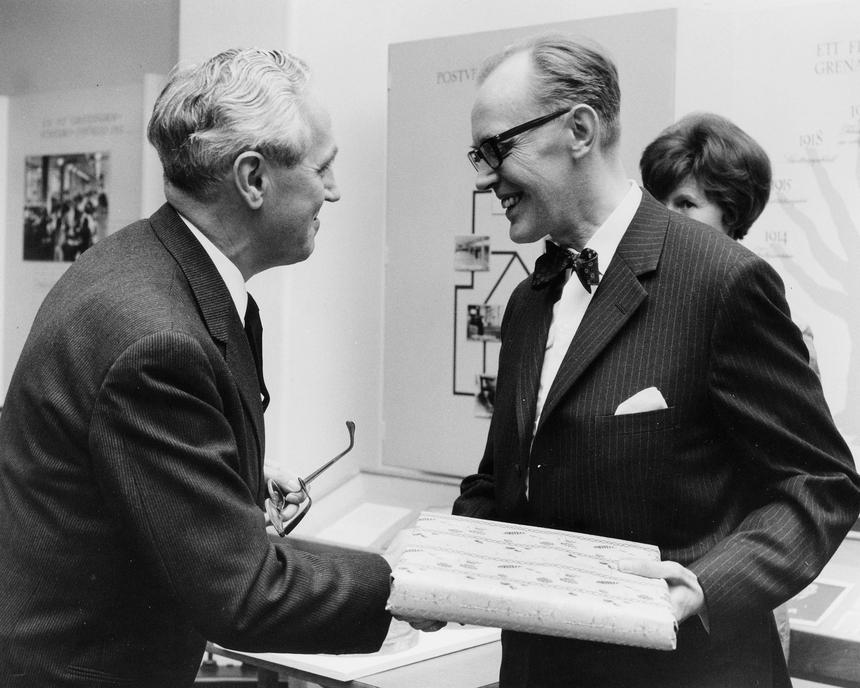 Direktör Einar Lundström, Frimärkshuset, Stockholm, överlämnar sin gåva, som museichefen Gilbert Svensson tar emot.