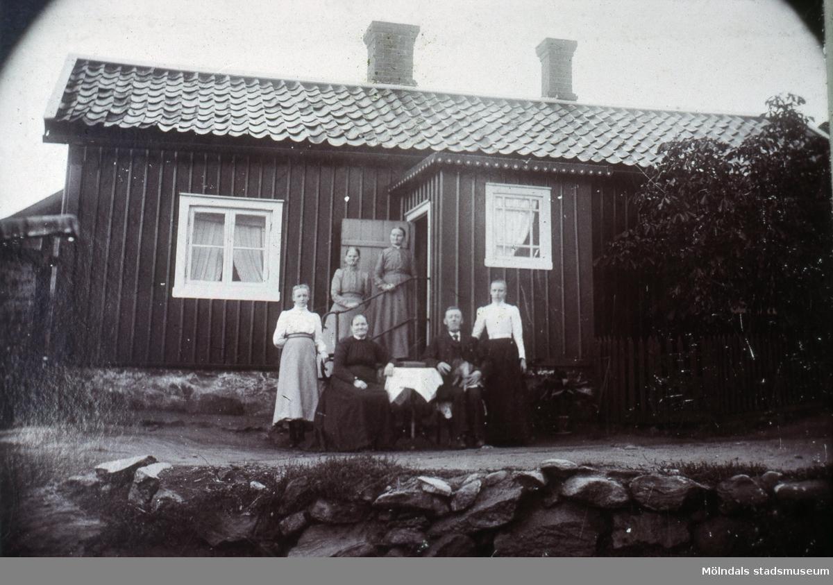 Roten M 30 i Mölndal före ombyggnaden. På bilden ses Karl Rudolf Mattsson med hustrun Helena samt döttrarna Hedvig och Anna. Hedvig blev senare gift Gahrn.