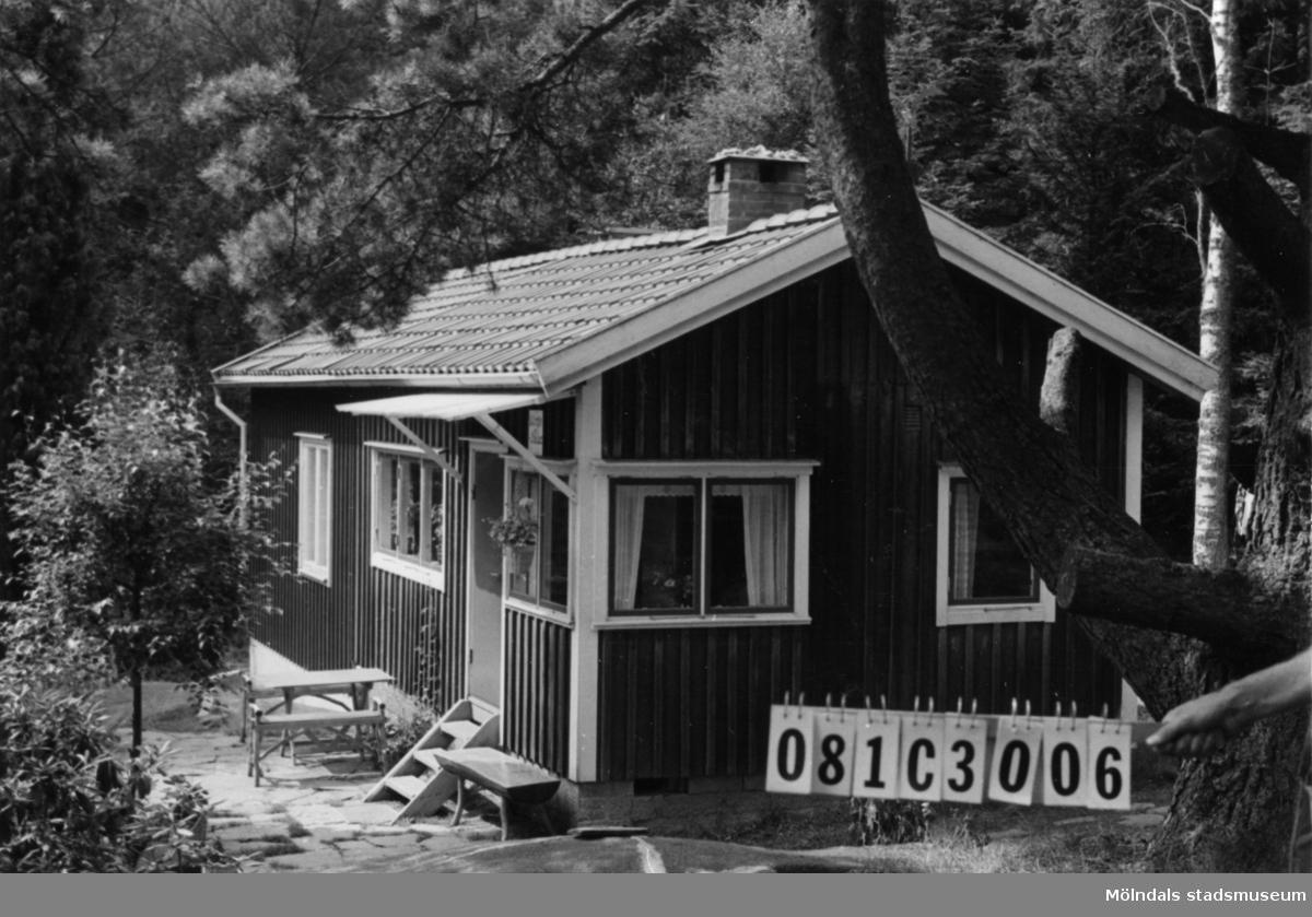 Byggnadsinventering i Lindome 1968. Holmen 1:14. Hus nr: 081C3006. Benämning: fritidshus och redskapsbod. Kvalitet: god. Material: trä. Övrigt: lekstuga. Tillfartsväg: framkomlig. Renhållning: ej soptömning.