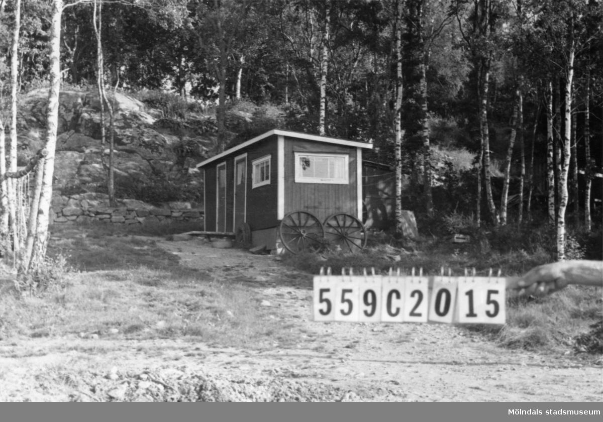 Byggnadsinventering i Lindome 1968. Torkelsbohög 1:38. Hus nr: 559C2015. Benämning: fritidshus och redskapsbod. Kvalitet, fritidshus: god. Kvalitet, redskapsbod: mindre god. Material: trä. Tillfartsväg: framkomlig.