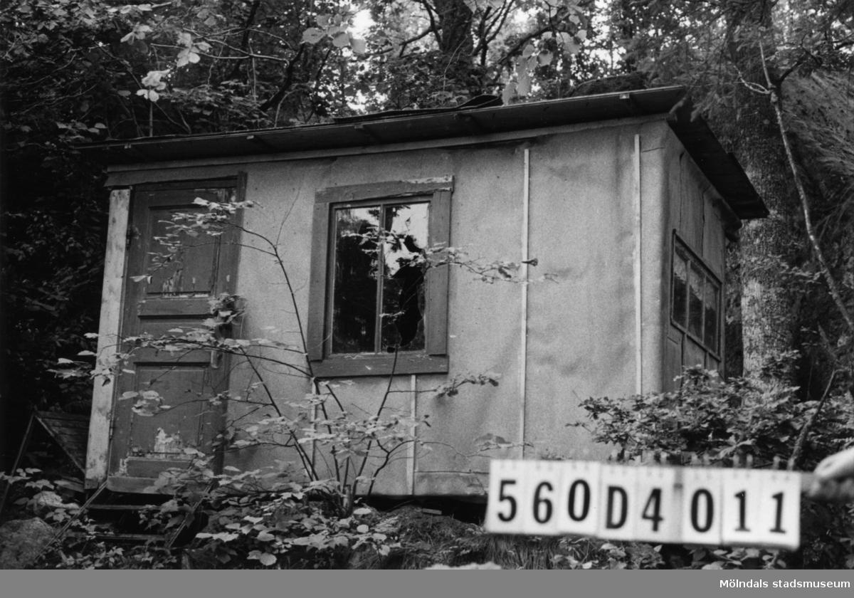 Byggnadsinventering i Lindome 1968. Fagered (2:44). Hus nr: 560D4011. Benämning: fritidshus. Kvalitet: dålig. Material: trä, tjärpapp. Tillfartsväg: ej framkomlig. Renhållnin...
