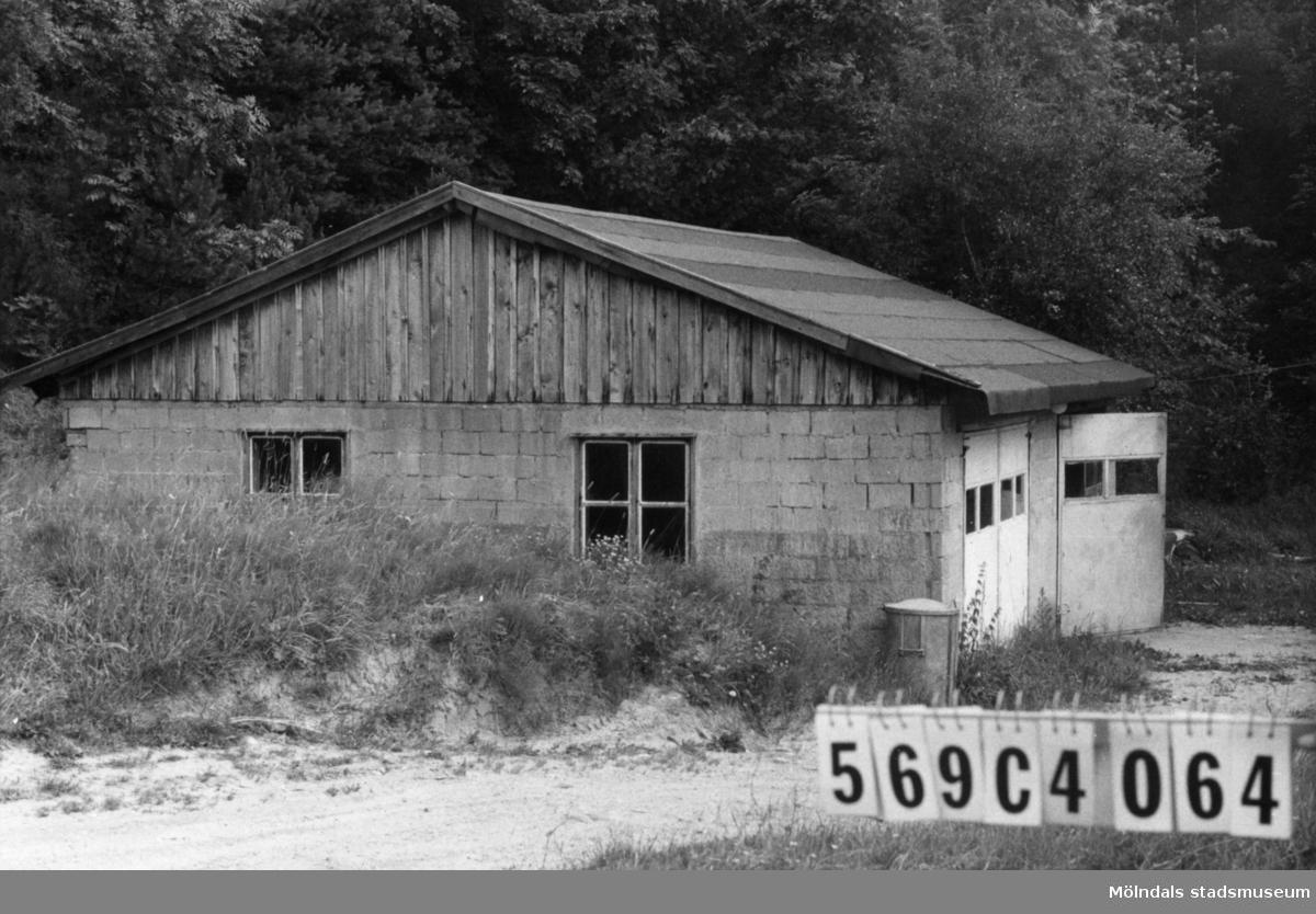 Byggnadsinventering i Lindome 1968. Lindome 3:11. Hus nr: 569C4064. Benämning: garage. Kvalitet: god. Material: sten. Tillfartsväg: framkomlig. Renhållning: soptömning.