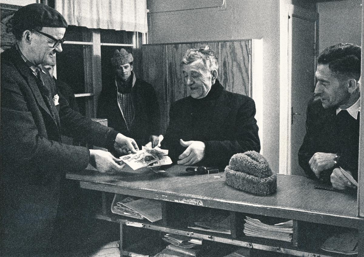 Interiör av posten i Jukkasjärvi, julen 1962.