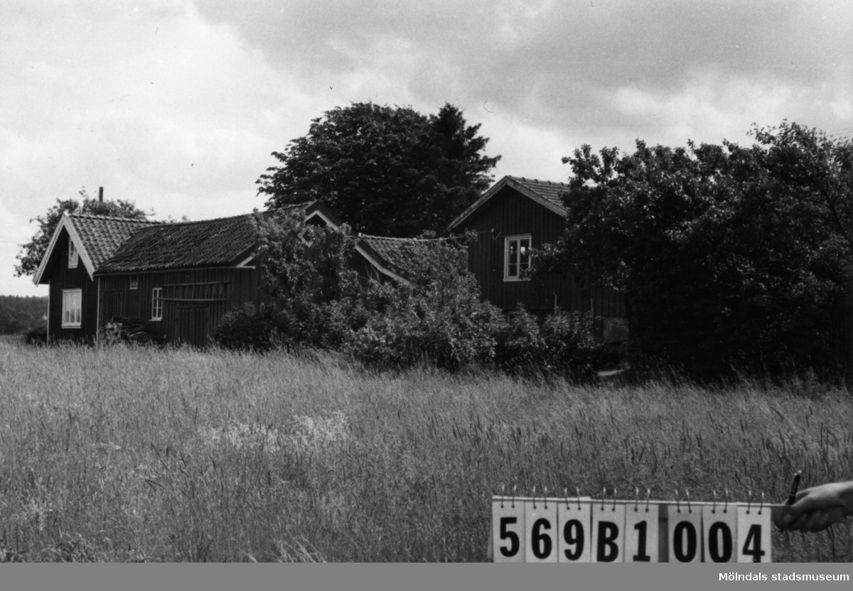 Byggnadsinventering i Lindome 1968. Ingemantorp 2:18. Hus nr: 569B1004. Benämning: permanent bostad, ladugård och två redskapsbodar. Kvalitet: mindre god. Material: trä. Övrigt: vackra volymer. Tillfartsväg: framkomlig. Renhållning: soptömning.
