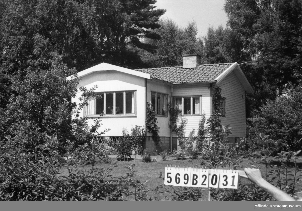 Byggnadsinventering i Lindome 1968. Gastorp 3:45. Hus nr: 569B2031. Benämning: fritidshus och redskapsbod. Kvalitet, fritidshus: god. Kvalitet, redskapsbod: mindre god. Material: trä. Tillfartsväg: framkomlig. Renhållning: soptömning.