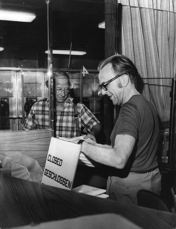 Nils Svensson tar emot en packe brev på Centralens postkontor, Stockholm. Ca 1976.