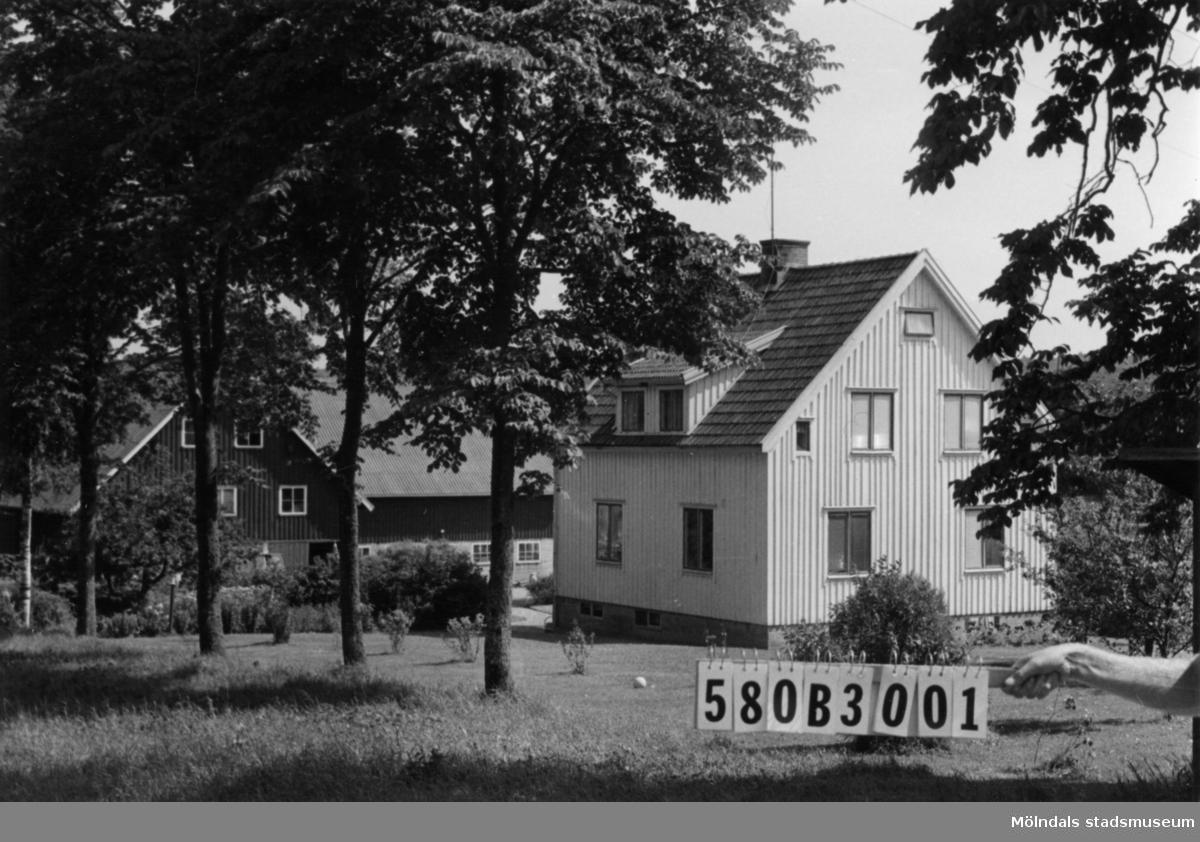 Byggnadsinventering i Lindome 1968. Knipered 4:3. Hus nr: 580B3001. Benämning: permanent bostad och ladugård. Kvalitet, bostadshus: god. Kvalitet, ladugård: mycket god. Material: trä. Tillfartsväg: framkomlig.
