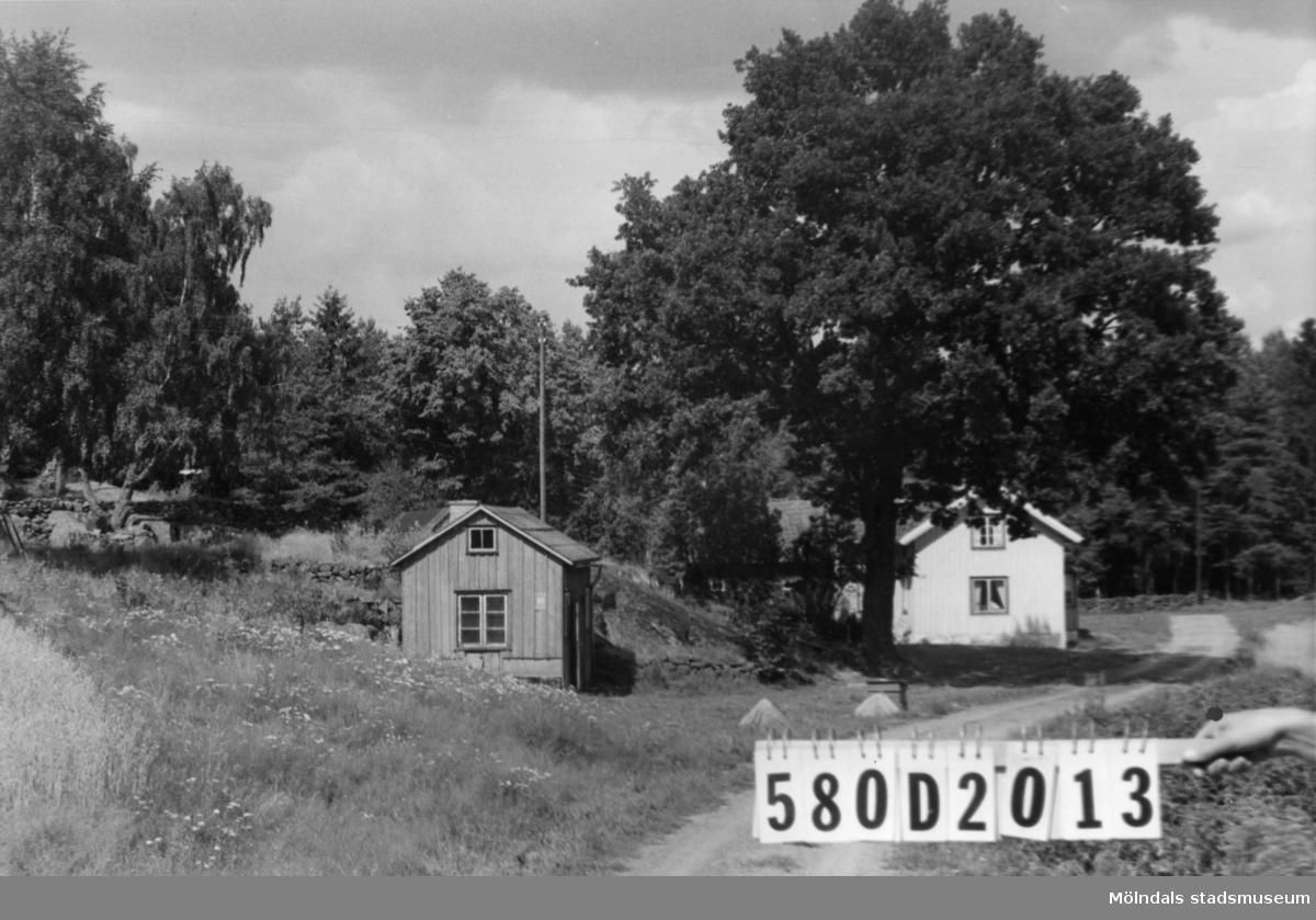 Byggnadsinventering i Lindome 1968. Hassungared 3:16. Hus nr: 580D2013. Benämning: permanent bostad, ladugård och redskapsbod. Kvalitet: mindre god. Material: trä. Tillfartsväg: framkomlig.