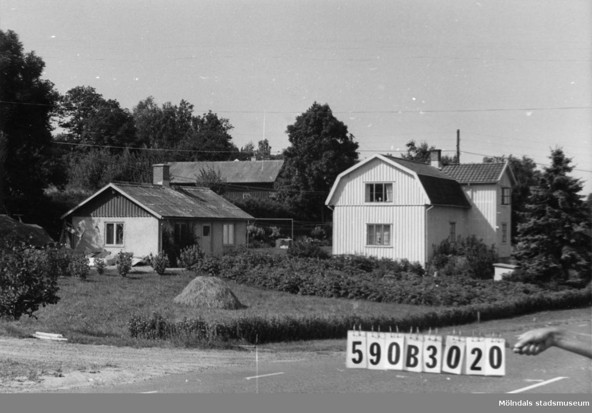 """Byggnadsinventering i Lindome 1968. Hällesåker 1:16. Hus nr: 590B3020. Benämning: permanent bostad och redskapsbod. Kvalitet: god. Material, bostadshus: trä. Material, redskapsbod: sten, puts. Övrigt: redskapsboden är ett """"riktigt"""" hus. Tillfartsväg: framkomlig. Renhållning: soptömning."""