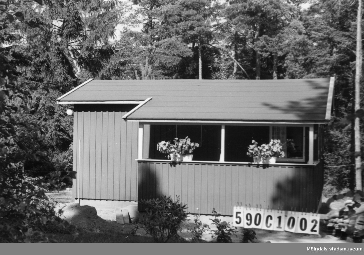 Byggnadsinventering i Lindome 1968. Hällesåker 3:63. Hus nr: 590C1002. Benämning: fritidshus. Kvalitet: god. Material: trä. Tillfartsväg: framkomlig. Renhållning: soptömning.