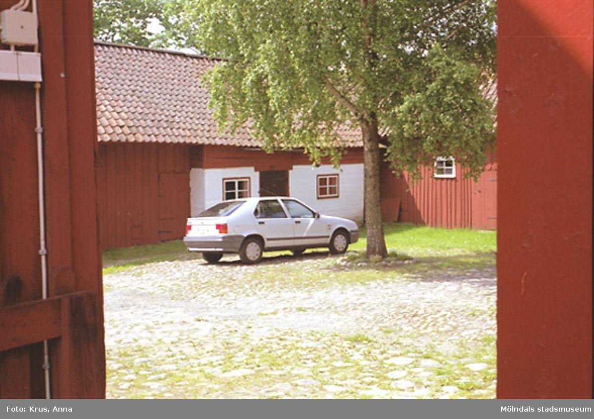 Kringbyggd gårdsplan från sydost. Ålgårdsbacka 1:2.