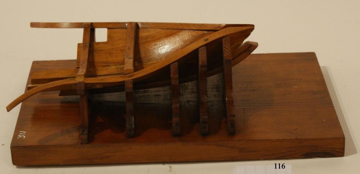 Modell av stol för byggandet av fartygs bog. Modell av trä, fernissad.