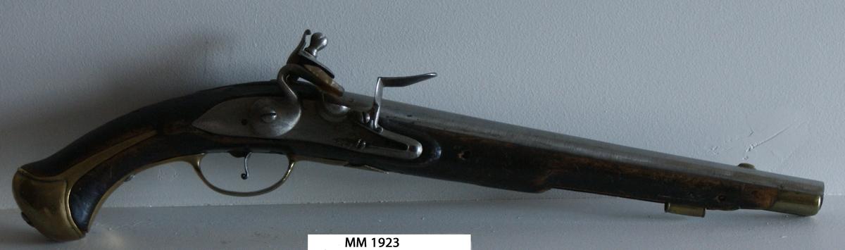 Pistol med flintlås, modell 1738. Stocken av svart trä. Rund pipa och mekanism av stål. Beslagen av mässing.