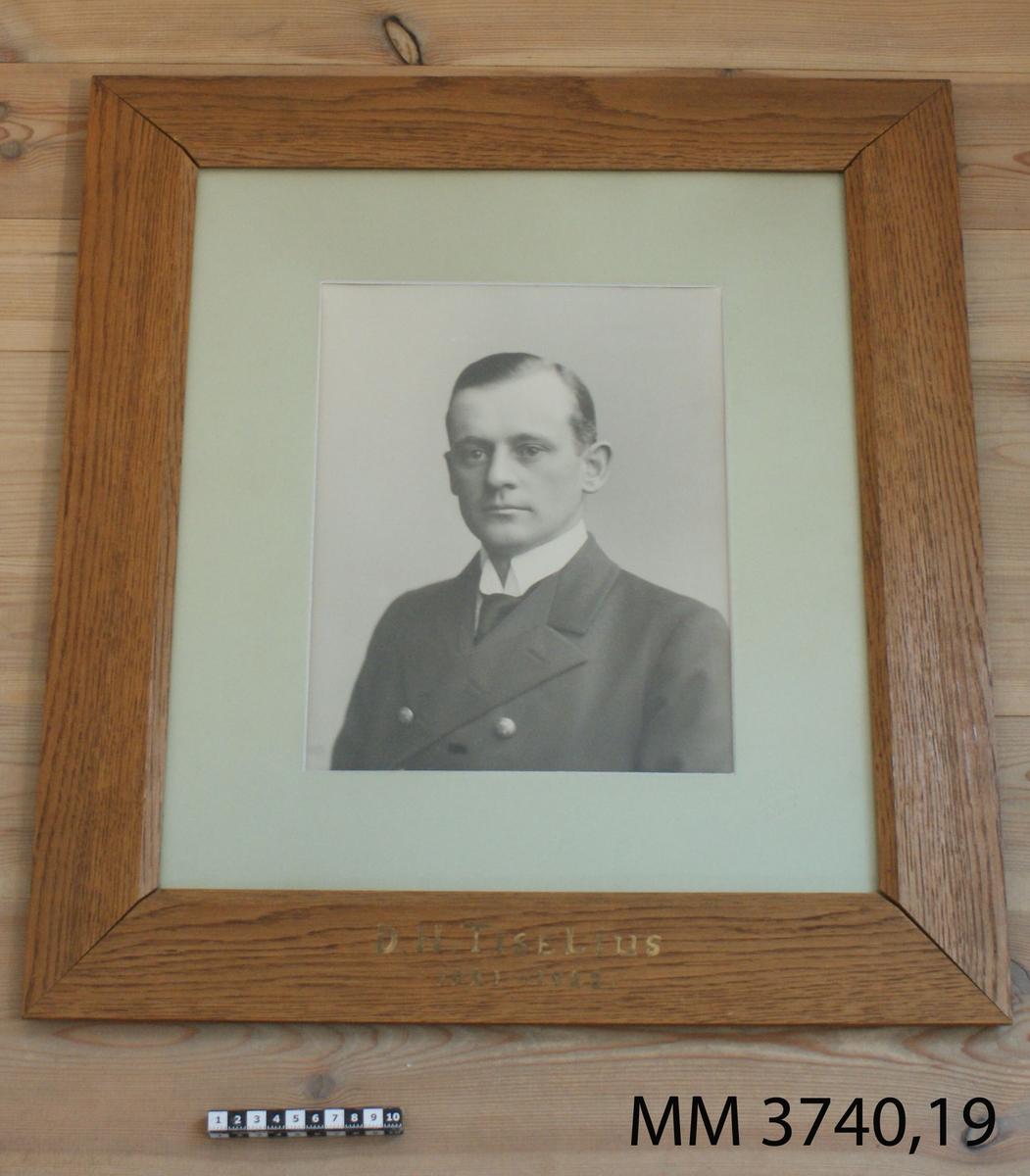 Fotografi D H Tiselius 1921-23. 25 st fotografier inom glas och ram, av ekfanér, av porträtt av cheferna för Skeppsgossekåren i Karlskrona åren 1875 - 1939. MM3740:1-25.