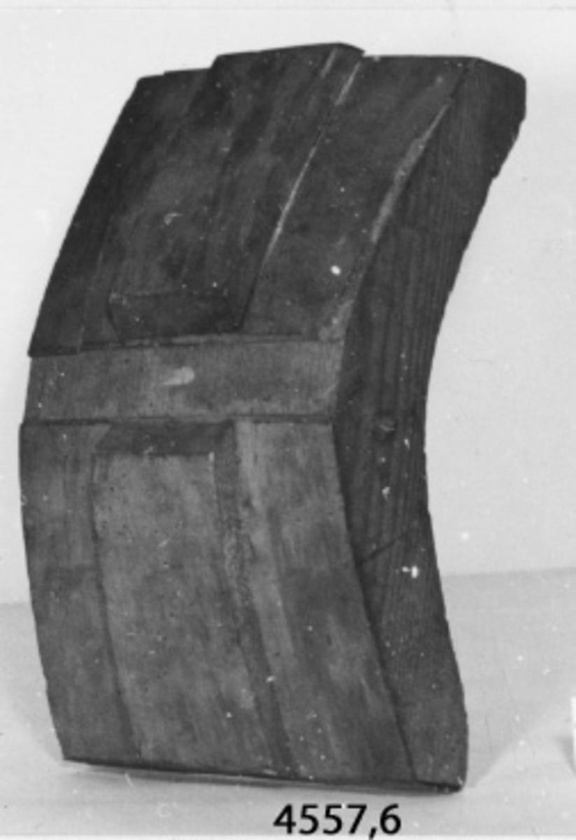 Fartygsmodell, bestående av förstäv av trä, omålad. På sidorna av stäven är förskeppet försett med band och klätt med skivor av trä, utgörande bordläggning. Tillverkad under 1800-talets första hälft.