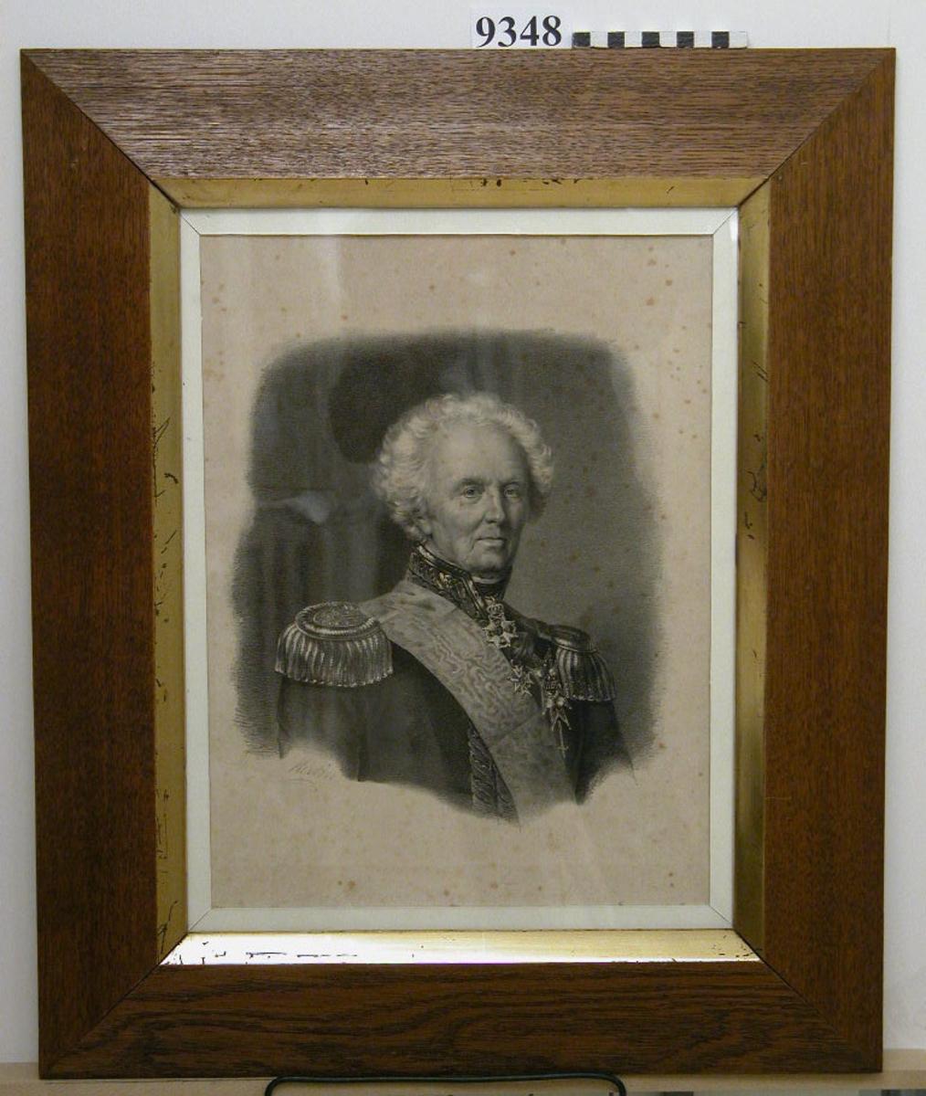 Fotografi inom glas och ram, trä, gulbrun, polerad, med innerkanten förgylld. Visar amiral i uniform. (okänd). Neg.nr A 762 2:3