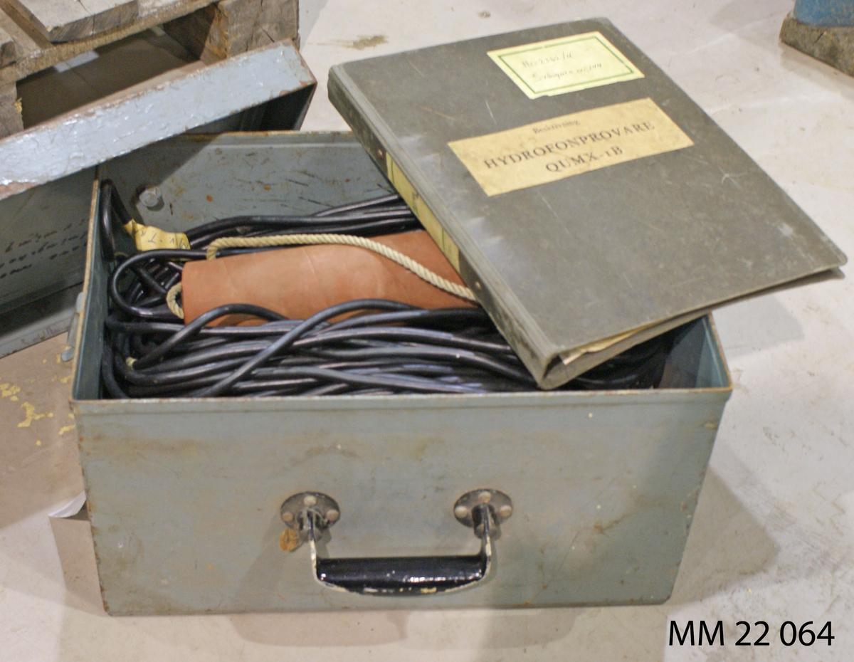 Hydrofonsvängare försedd med kabel samt beskrivning. Tillhör Hydrofonprovare QUMX. Dimensioner avser förvaringslåda. Materielnummer: M 3763-105011. Tillhör MM22064.