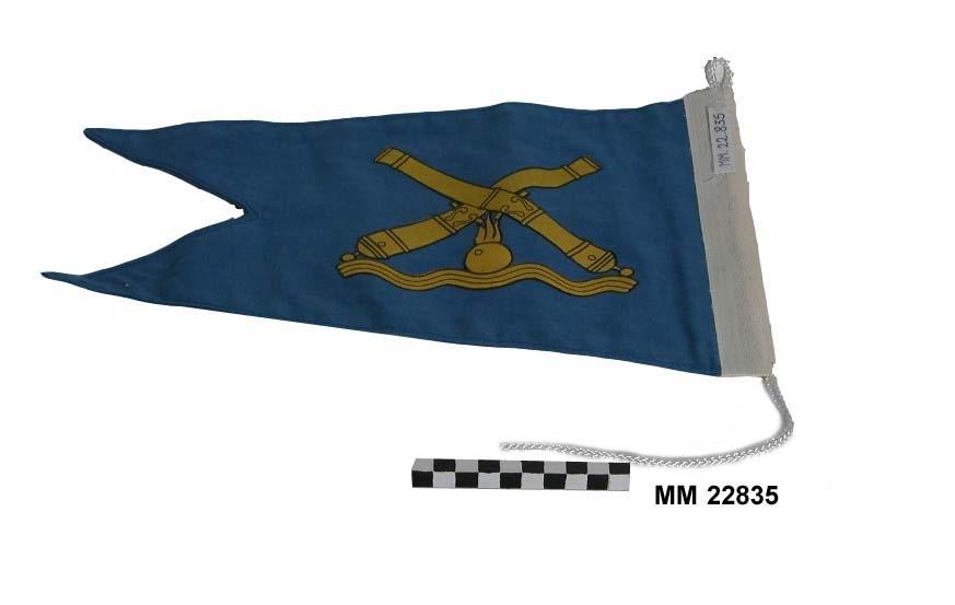 Tvåtungad standert, blått med emblem tryckt i gult med svarta konturer. Emblemet består av två korslagda kanoner med en brinnande kanonkula, samt vågor. På liket står stämplat: Rydbergs Flaggfabrik, Karlshamns Flaggfabrik. Ck Stdt 0,5 D samt tre kronor.