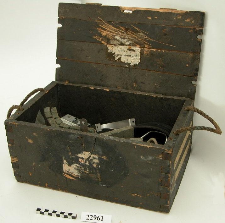 I en ammunitionslåda förvaras extradelarna som består av ett tjugotal mindre föremål. Gummilister, ett handtag för fällning av sänkvikter, chockelement för instrumentering, skruvar och muttrar, gaspådrag och metallbyglar för fäste av instrumentering. (Ammunitionslådan är endast förvaringsembalage. Den har inget samband med R 2)