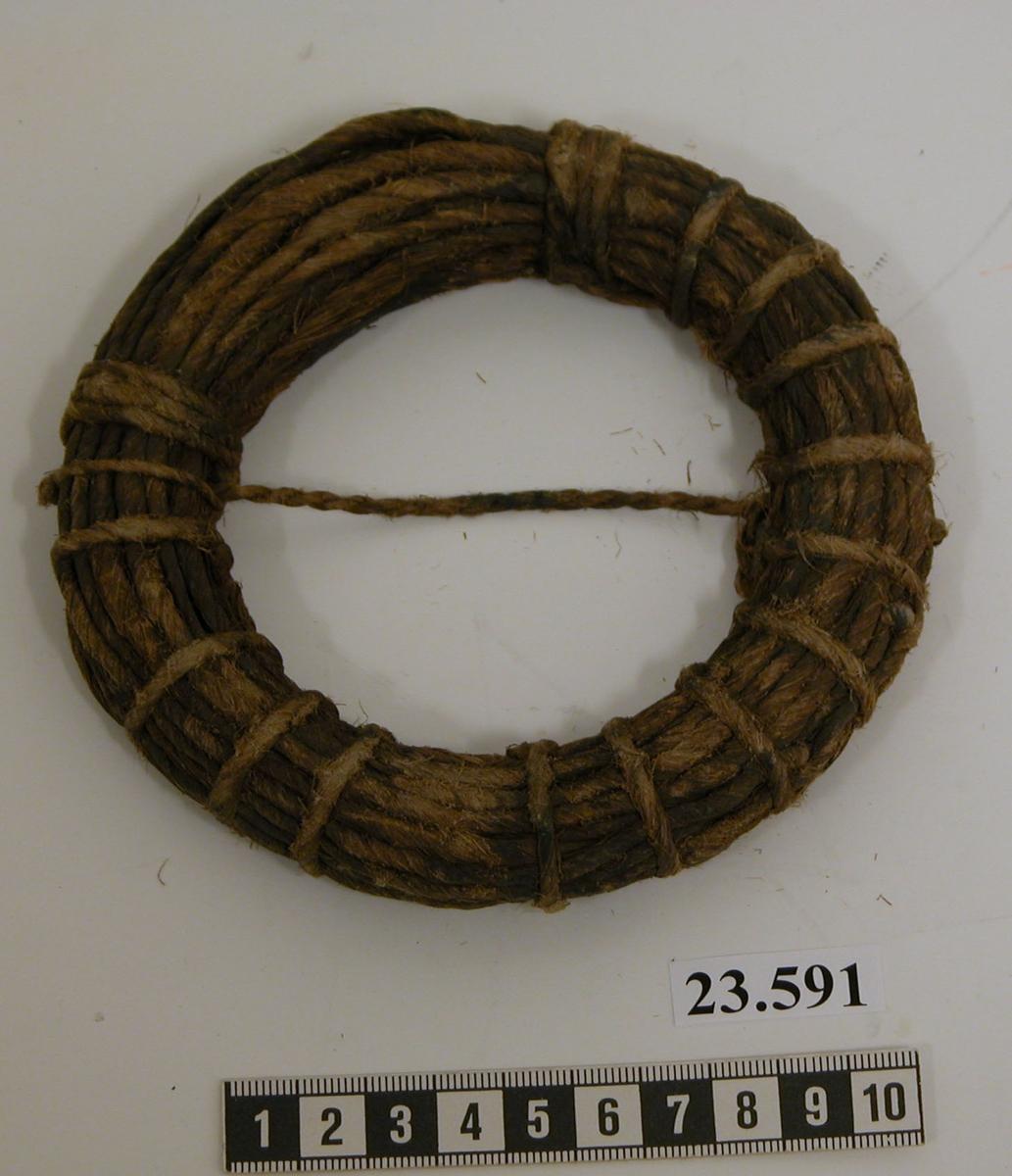 Förladdning av tvinnad tjärad hampa, formad som en ring, sammanbunden.
