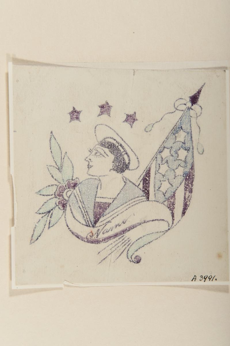 """Tatueringsförlaga. Porträtt av en kvinna i rundmössa och sjömanskrage samt en banderoll med påskriften """"Name"""". Till vänster en blomma, till höger en amerikansk flagga, överst tre röda stjärnor.  """"Kvinnliga matroser var ovanliga på 1920 och 1930-talen, men det är en av de kvinnobilder som förekommer ganska rikligt bland sjömanstatueringarna. Kvinnan är klädd i amerikanska marinens kläder. Det kan ses som en vilja att ha en kvinnlig närvaro ombord. Det var också på modet att vara klädd i sjömanskostym.""""  Text från appen """"Tatuera dig med Sjöhistoriska"""" som gjordes i samband med utställningen Tro, hopp och kärlek 2012."""