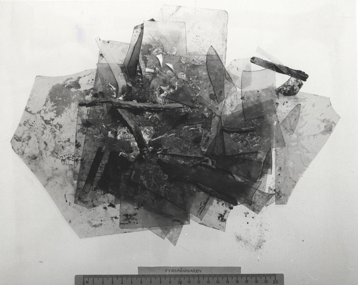 Skadat glas, tio olika skärvor, fönsterglasFöremålets form: Fyrkantigt