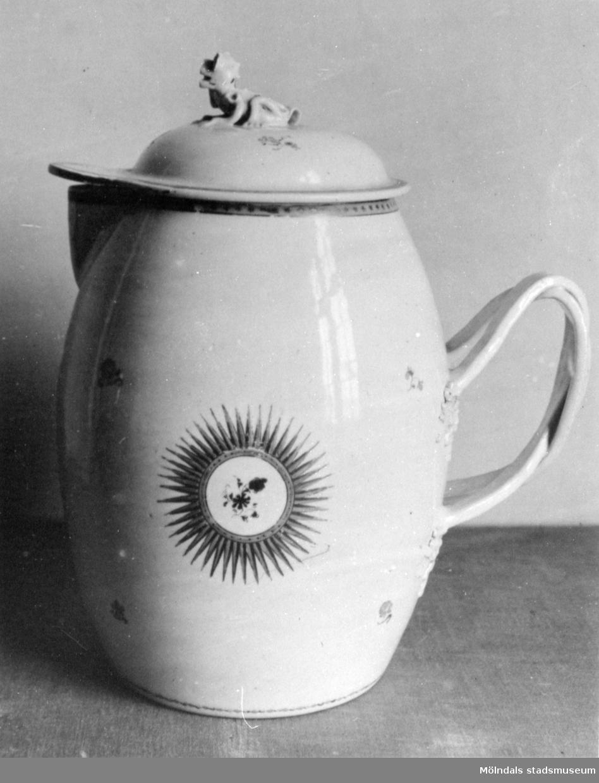 Dekormålad tillbringare i porslin med lock. Gunnebo slott 1930-tal.