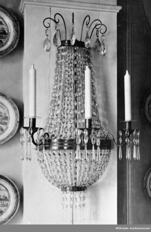 Gustaviansk vägglampett med slipade kristallprismor och plats för tre ljus. Gunnebo slott 1930-tal.