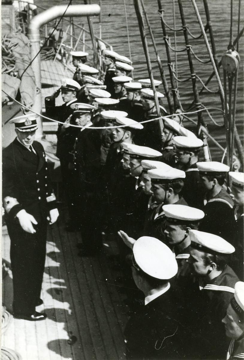 Chefen för marinen, viceamiral Strömbeck, inspekterar segelfartyget Gladan 1947.
