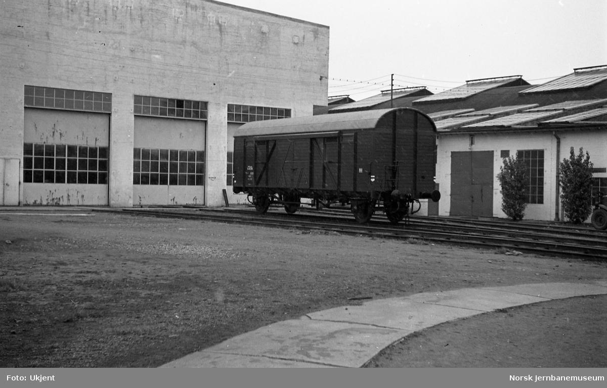 Nybygd godsvogn litra G4 utenfor verkstedhallene