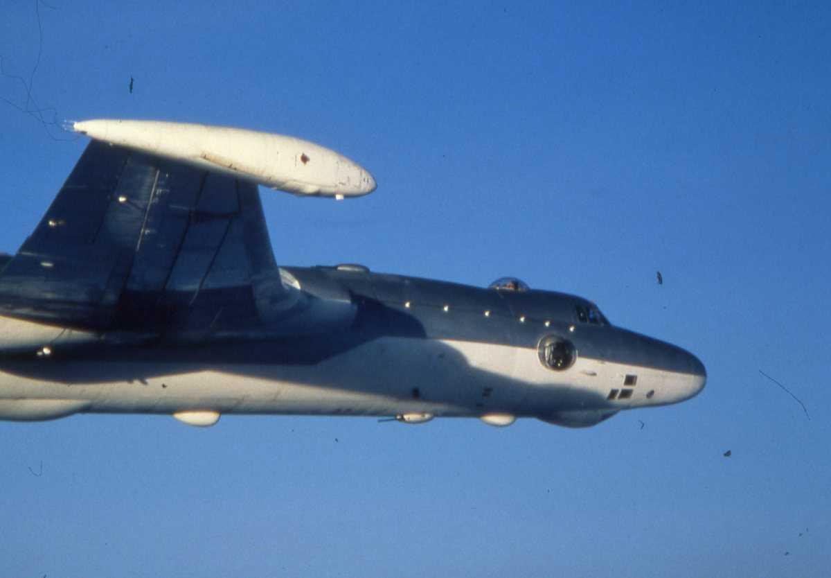 Russisk fly av typen Bison A med nr. 27 øverst på halen og nr. 7300604 nederst.