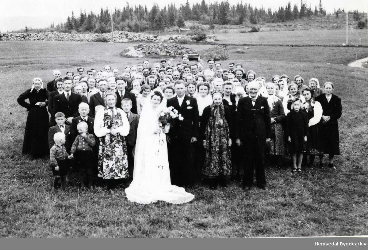 Bryllaupet til Ragnhild, fødd Thorset, og Per Rundtop i 1947. Fotografiet er teke på garden Thorset, 61.4, i Hemsedal i 1947.