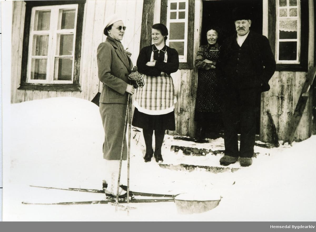 På garden Nedre Bakke,83.6, i Hemsedal før 1952. Frå venstre: Fru Stauring (ferierte i Mørkdalen), Birgit Bakke, Margit Bakke og Knut Bakke