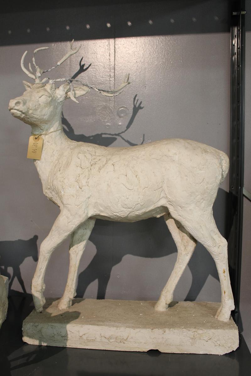 "Skulptur i gips av en hjort. Tittel: ""HJORT"" fra 1954"
