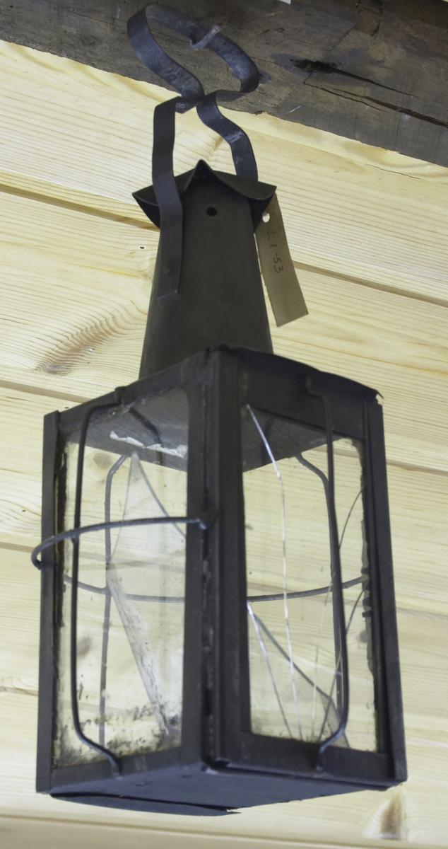 Brukt til fjøslykt. Eit glas er noko sprukke.Kvadratisk bunnflate, md sylinderformet lysholder midt på bunnflate, rektangulære vegger med stor glassrute i hver. Det ene sidestykket kan trekkes opp. Ståltråd utenfor, som i kryss omkring de tre andre sidene. Åpningssiden har vertikal ståltråd. Toppflate, rettavkutta kjegle med største diameter mindre enn sida i grunnflata. Hatt oppå. Håndtak.