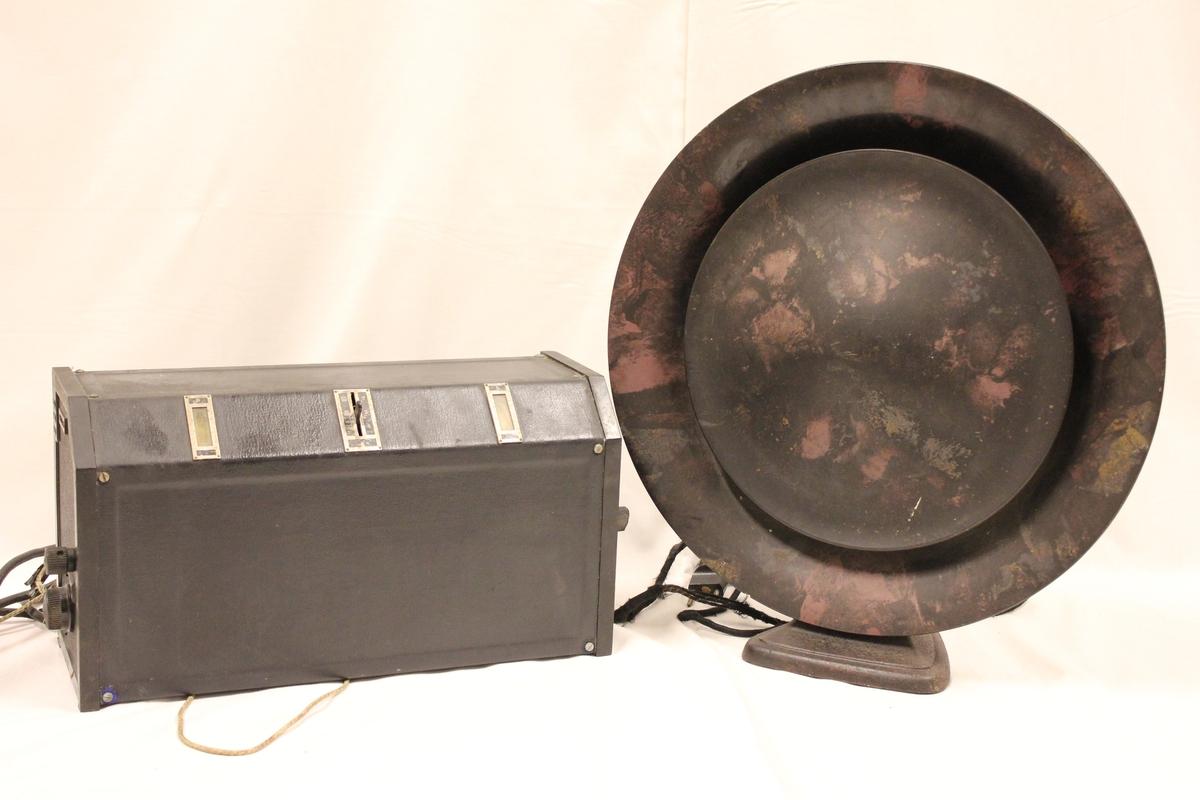 """Radio med løs høytaler. A: Radio, """"Philips type 2514. Serienr.170045 B: Høytaler"""